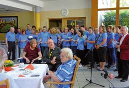 Eröffnung des Sommerfestes vom Mitarbeiterchor mit Pastor Gronemeier